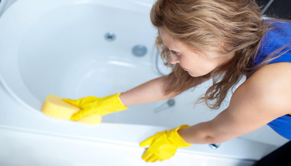 Limpieza dom stica limpiar el moho en los ba os domukea - Como limpiar el moho del bano ...